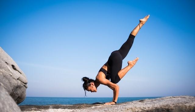 Vrouw op handen in balans