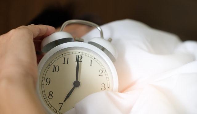 hand op wekker