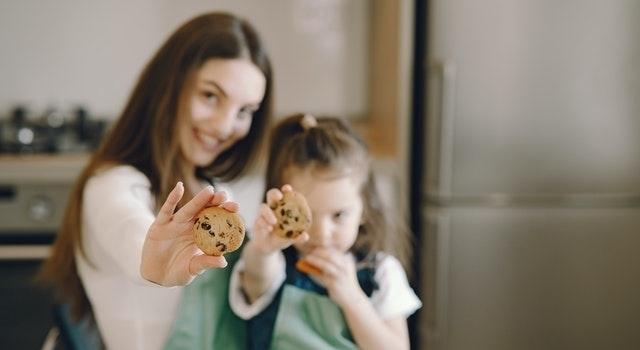 Moeder dochter koekjes