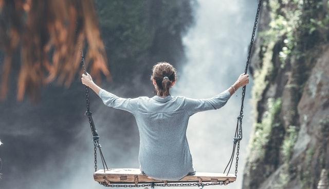 Vrouw in balans boven water